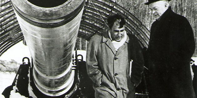 L'expert en balistique Gerald Bull (à gauche), avec le premier ministre du Québec, Jean Lesage, et l'un...