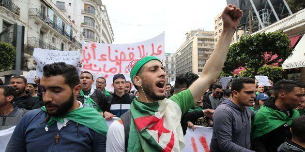 Des étudiants algériens manifestent au centre de la capitale, à Alger, en Algérie, le 26 mars 2019, contre...