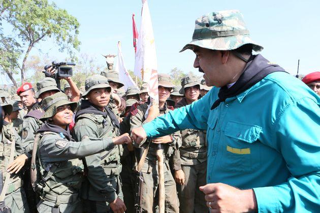 Maduro cumprimenta cadetes durante treinamento no estado