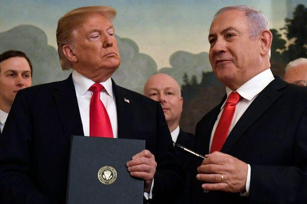 Le président Donald Trump écoute le premier ministre israélien Benjamin Netanyahu (à droite), dans la...