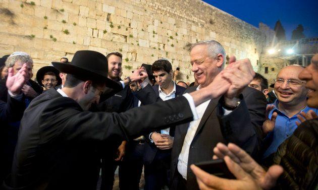 Le chef du parti Bleu-Blanc, l'ancien chef d'état-major de l'armée israélienne, Benny Gantz danse avec...