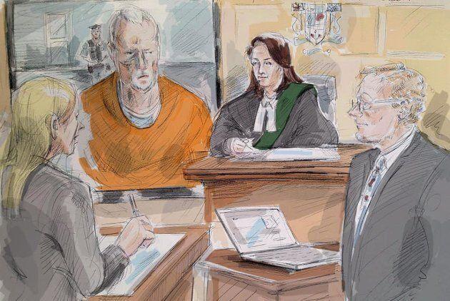 Dans ce croquis, le tueur en série Bruce McArthur comparaît par vidéo devant un tribunal de Toronto en avril 2018.