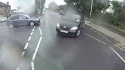 Ce cycliste frappe une voiture et retombe sur ses pieds