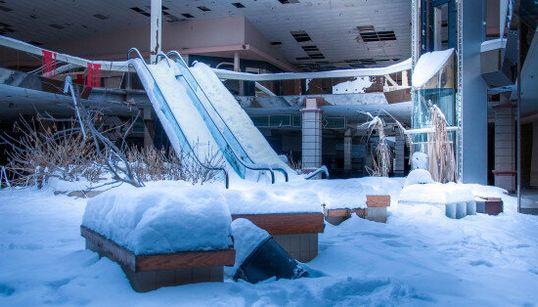 L'étrange atmosphère d'un centre commercial abandonné et envahi par la