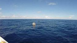 Un homme secouru dans une bulle flottante dans le triangle des Bermudes