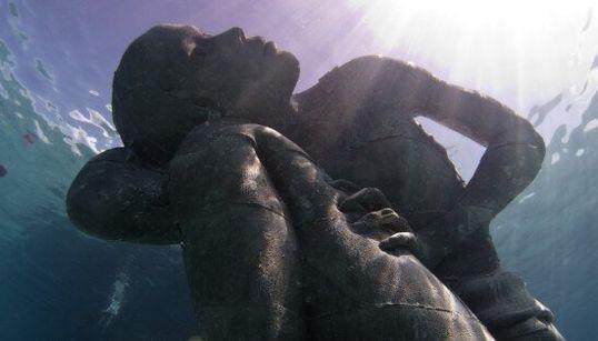 La plus grande sculpture sous-marine du monde veille sur les