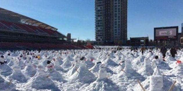Un record Guinness est battu à Ottawa: 1299 bonhommes de neige envahissent le stade de la Place TD à
