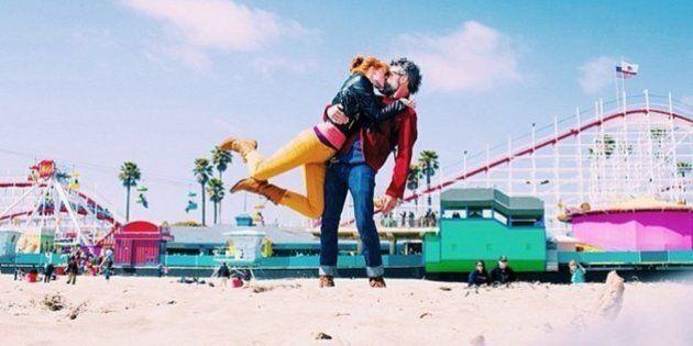 Ce couple se photographie pendant ses voyages toujours en train de s'embrasser dans la même pose