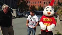 « Chicken Berny » visite les employés municipaux de la Ville de Sherbrooke