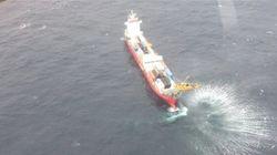 Un remorqueur de haute mer arrive pour escorter le porte-conteneurs