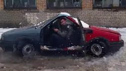 Il invente la voiture à «deux têtes» et s'amuse bien avec