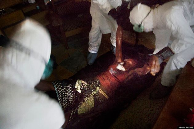 Photoreportage en compagnie de l'équipe d'enterrement des victimes d'Ebola