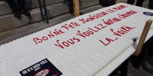 Des employés municipaux protestent devant l'Hôtel de Ville de Montréal