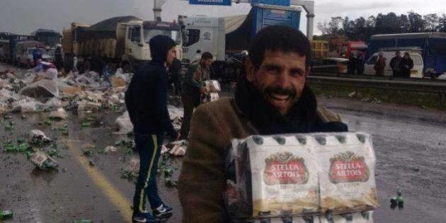 Un camion de bière se renverse en Algérie, les photos des chapardeurs amusent les réseaux sociaux