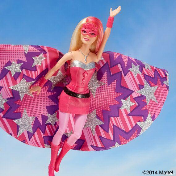 La nouvelle poupée Barbie est une super héroïne, super rose et super gentille