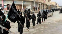 Drapeaux noirs, parades en armes et terreur, la vie sous l'État