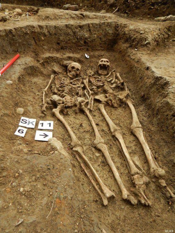 Un couple de squelettes vieux de 700 ans découvert main dans la main