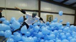 Ils font de la planche à roulettes au milieu de 5000 ballons gonflables