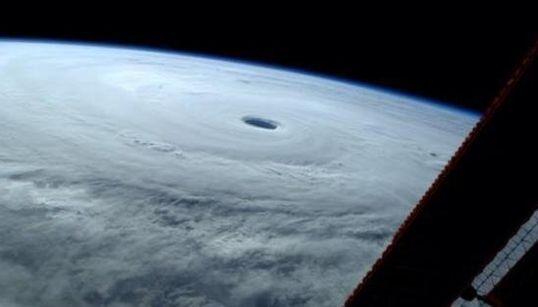 Voyez le typhon géant Vongfong de l'espace