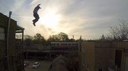 Il saute d'un immeuble, glisse sur un toit et atterrit dans des escaliers