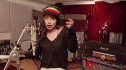 Emilia Clarke, Daenerys dans Game of Thrones, chante à son tour pour Coldplay