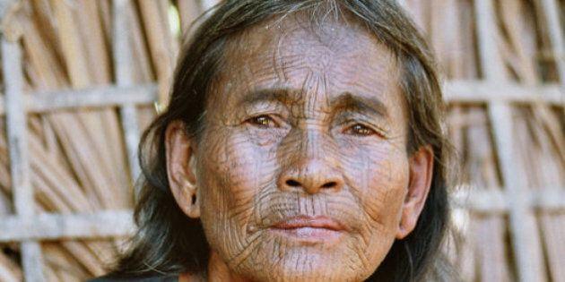 Les visages tatoués des femmes du village de Chin au Myanmar