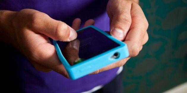 Toronto: occupé à texter, un homme heurte un passant qui le