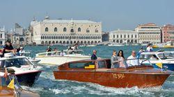 Une armada de petits bateaux pour la première sortie du couple Clooney (PHOTOS/