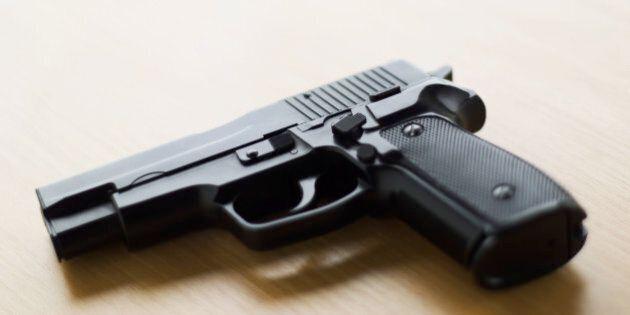 Un bambin de 2 ans met la main sur l'arme de sa mère et la tue dans un