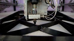 Une imprimante 3D fabrique une décoration de Noël en accéléré
