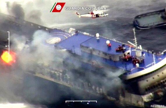Traversier ravagé par un incendie en Grèce : un passager filme les flammes au plus près