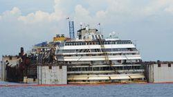 Le Costa Concordia flotte de nouveau avant son dernier
