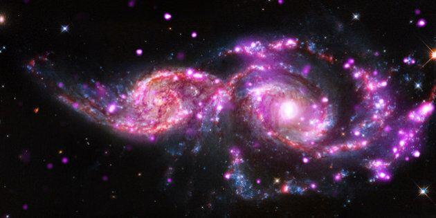 La collision de deux galaxies donne un splendide spectacle lumineux à la