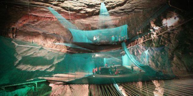«Bounce Below»: des trampolines géants installés dans une ancienne mine souterraine au pays de