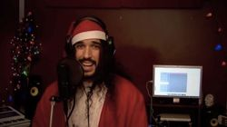 Il reprend «All I Want for Christmas Is You» de Mariah Carey en 20 versions différentes