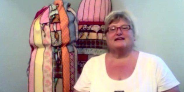 Une grand-mère tricote des pénis géants et devient une star internationale