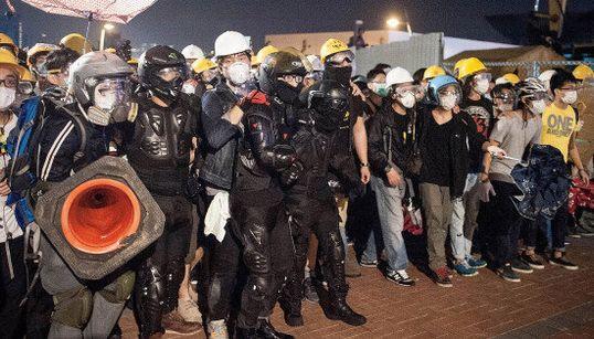 Policiers et manifestants s'affrontent de nouveau dans les rues de Hong Kong
