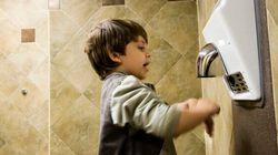 Les sèche-mains dans les toilettes peuvent répandre plus de bactéries que les serviettes de