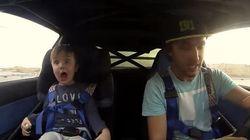 Un jeune garçon fait un tour de voiture de course