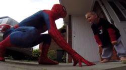 Un enfant atteint d'un cancer reçoit la visite de Spider-Man pour sa fête