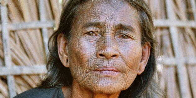 Les visages tatoués des femmes des villages Chin au Myanmar