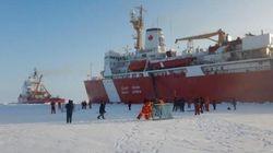 Des Canadiens jouent au hockey au pôle Nord.