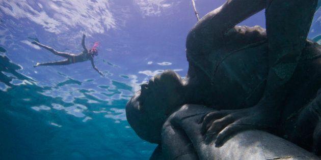 Plonger autour d'une spectaculaire sculpture sous-marine aux Bahamas