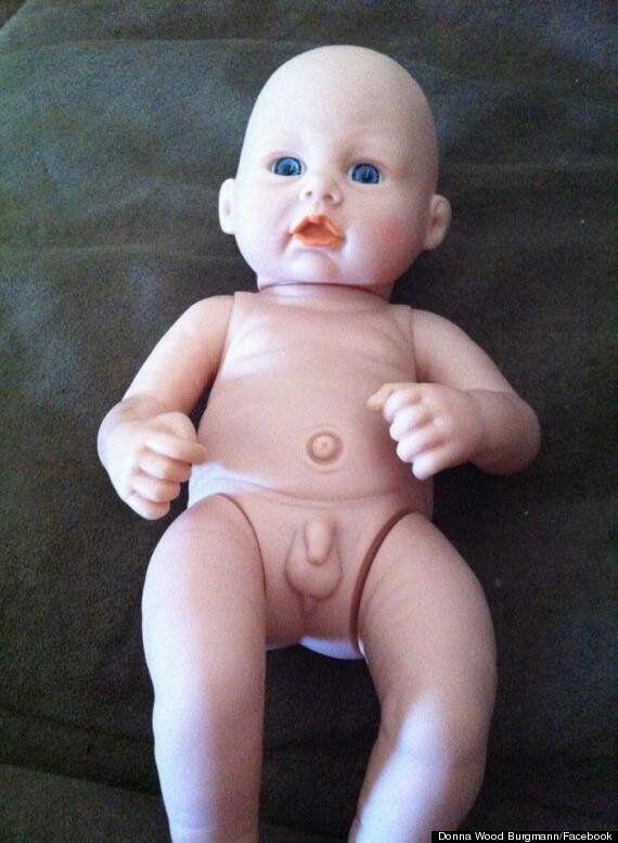 Une poupée avec un pénis fait