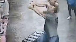 Un bébé tombe par la fenêtre, un homme le rattrape