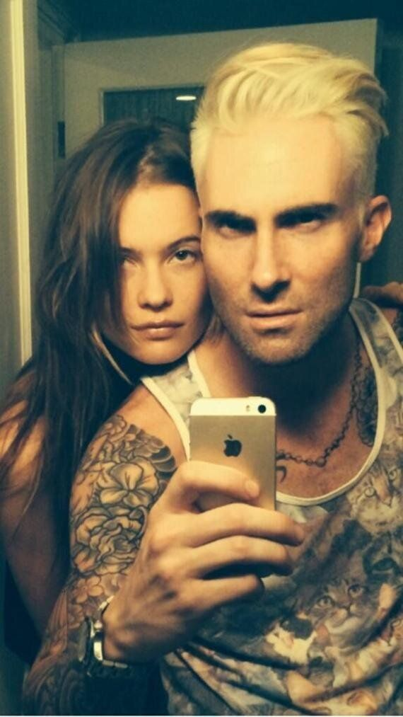 Adam Levine blond: il dévoile sa nouvelle coupe sur Twitter