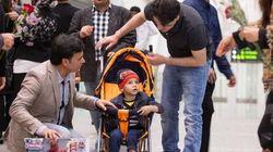 Abouzar, petit Afghan miraculé des talibans, arrive au