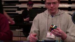 Il réussit le cube Rubik en 12,56 secondes... à une main