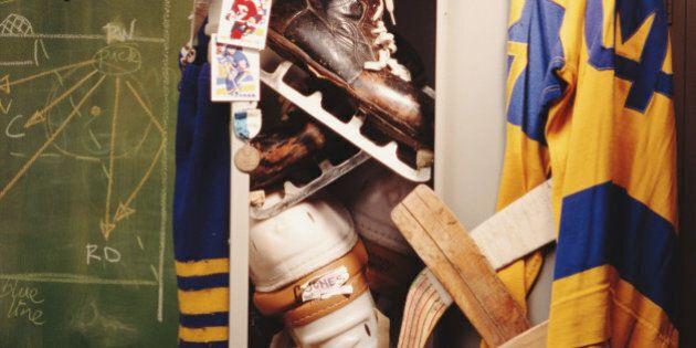Aux Pays-Bas, un entraîneur de hockey a filmé un vestiaire féminin pendant 5