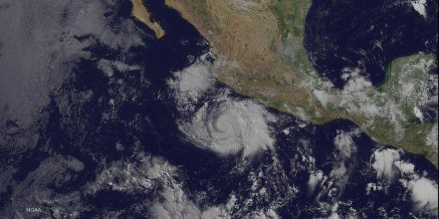 L'ouragan Cristina se renforce au large du Mexique mais reste loin des